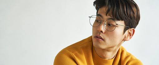 RAWROW<br>꼭 필요한 것만 남긴 일상잡화 로우로우<br><br>모양새도 중요하지만, 쓰임새 좋은 디자인이 좋은 제품이라고 믿습니다.<br>안경은 태생 자체가 패션의 영역보다 메디컬의 영역에 있습니다.<br><br>10년이 지나도 유행을 타지 않고 형태도 변하지 않도록,<br>쓰는 사람에게 가장 좋은 안경을 만들겠다는 생각 하나로 제품을 만듭니다.<br><br>RAWROW puts practical value as a priority in their daily goods<br><br>Shape and appearance is important, but we believe usefulness is what defines good design. <br><br>We create our products with a single thought : so it would be best for the wearer, still maintaining its shape for 10+ years while being an all-time favorite. <br>